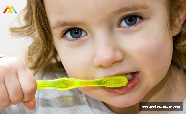 Diş Fırçalamak Hakkında Doğru Bilinen Yanlışlardan Bir Tanesi ve En Önemlisi