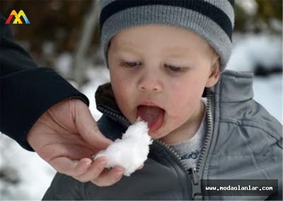 Uzmanlar Uyardı: Kar Yiyenler Ciddi Sağlık Sorunları İle Karşılaşabilir!